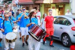 AMPUERO, SPANJE - SEPTEMBER 10: De niet geïdentificeerde groep musici met een saxofoon vóór de Stier loopt op de straat tijdens f Royalty-vrije Stock Afbeelding