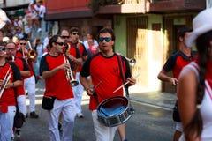 AMPUERO, SPANJE - SEPTEMBER 10: De niet geïdentificeerde groep musici met een saxofoon vóór de Stier loopt op de straat tijdens f Stock Foto's