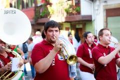 AMPUERO, SPANJE - SEPTEMBER 10: De niet geïdentificeerde groep musici met een saxofoon vóór de Stier loopt op de straat tijdens f Stock Afbeeldingen