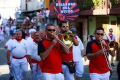 AMPUERO, SPANJE - SEPTEMBER 10: De niet geïdentificeerde groep musici met een saxofoon vóór de Stier loopt op de straat tijdens f Stock Foto