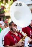 AMPUERO, SPANJE - SEPTEMBER 10: De niet geïdentificeerde musicus met een sousaphone vóór de Stier loopt op de straat tijdens fest Stock Afbeelding