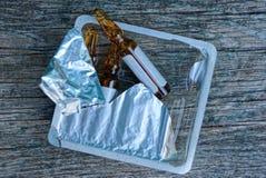Ampules Брауна стеклянные с медициной в пластиковой открытой упаковке с фольгой стоковое изображение