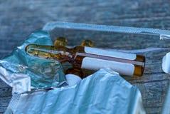 Ampules Брауна стеклянные с медициной в пластиковой открытой упаковке с фольгой стоковое фото