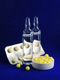 Ampules, vitaminedragee en tabletten Stock Foto