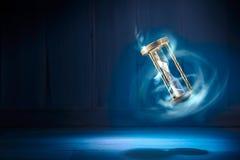Ampulheta, conceito do tempo com uma imagem do contraste alto Foto de Stock Royalty Free