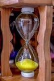 Ampulheta de vidro amarela, dispositivo usado para medir a passagem do tempo imagens de stock royalty free
