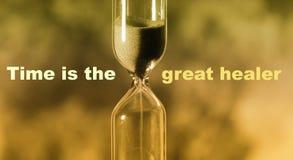 A ampulheta de vidro está derramando para fora a areia expira tempo O tempo é th ilustração stock