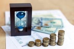 Ampulheta e moeda fotografia de stock