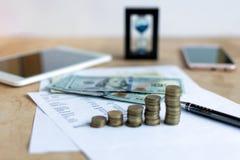 Ampulheta e moeda imagem de stock royalty free