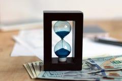 Ampulheta e moeda fotos de stock royalty free