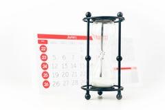 Ampulheta em Front Of Calendar Closeup fotografia de stock royalty free