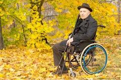 Amputato anziano che gode di un giorno in un parco dell'autunno Fotografia Stock