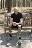 Amputato che porta i piedini prostetici Fotografie Stock