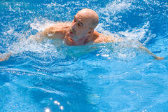 Amputiert-Schwimmen Stockfoto