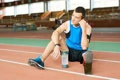 Amputiert-Sportler, der auf Laufbahn stillsteht stockbilder