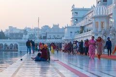 Amritsar, Índia - 18 de março de 2017: povos no templo dourado Amritsar, Punjab, Índia, o ícone o mais sagrado e lugar da adoraçã Fotografia de Stock