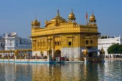 AMRITSAR, ÍNDIA - 19 DE OUTUBRO: Peregrinos sikh no templo dourado durante o dia da celebração no 19 de outubro de 2012 em Amrits Imagens de Stock