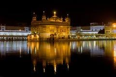 AMRITSAR INDIA, PAŹDZIERNIK, - 17: Sikhijscy pielgrzymi w Złotej świątyni podczas świętowanie dnia w Październiku 17, 2012 w Amri obrazy stock