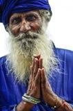 Amritsar, India, 4 september, 2010: Oude Indische mens met zijn die handen in gebed worden gevouwen India Stock Foto