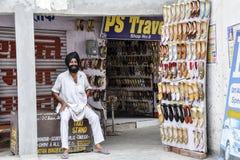 Amritsar, India, Wrzesień 4, 2010: Indiański sikhijczyk w jego sklepowym bublu fotografia royalty free