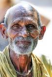 Amritsar, India, Wrzesień 4, 2010: Stary indyjski mężczyzna z jego wręcza fałdowego w modlitwę indu Zdjęcia Stock