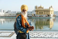 26 Amritsar Luty 2018, India stary indyjski sikhijczyk obsługuje portret w złotej świątyni Zdjęcie Royalty Free