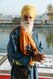 26 Amritsar Luty 2018, India stary indyjski sikhijczyk obsługuje portret w złotej świątyni Obraz Stock