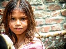 Amroha, äußerstes Pradesh, INDIEN - 2011: Nicht identifizierte arme Leute, die im Elendsviertel leben Stockbilder