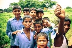 Amroha, äußerstes Pradesh, INDIEN - 2011: Nicht identifizierte arme Leute, die im Elendsviertel leben lizenzfreie stockfotografie