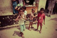 Amroha, äußerstes Pradesh, INDIEN - 2011: Nicht identifizierte arme Leute, die im Elendsviertel leben stockfoto