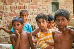 Amroha, äußerstes Pradesh, INDIEN - 2011: Nicht identifizierte arme Leute, die im Elendsviertel leben stockbild