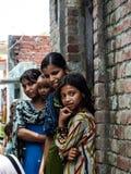 Amroha, äußerstes Pradesh, INDIEN - 2011: Nicht identifizierte arme Leute, die im Elendsviertel leben stockfotos