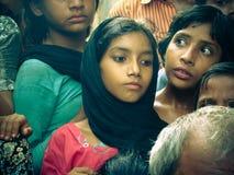 Amroha fullkomliga Pradesh, INDIEN - 2011: Oidentifierat fattigt folk som bor i slumkvarteret Arkivbilder