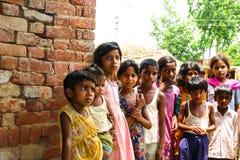 Amroha fullkomliga Pradesh, INDIEN - 2011: Oidentifierat fattigt folk som bor i slumkvarteret Royaltyfria Bilder