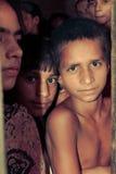 Amroha fullkomliga Pradesh, INDIEN - 2011: Oidentifierat fattigt folk som bor i slumkvarteret royaltyfri foto