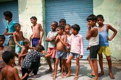 Amroha fullkomliga Pradesh, INDIEN - 2011: Oidentifierat fattigt folk som bor i slumkvarteret royaltyfri fotografi