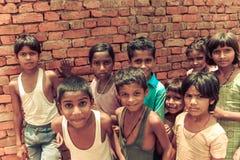 Amroha, Uiterste Pradesh, INDIA - 2011: Niet geïdentificeerde armen die in krottenwijk leven stock afbeelding