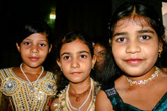 Amroha, Uiterste Pradesh, INDIA - 2011: Niet geïdentificeerde armen die in krottenwijk leven stock fotografie