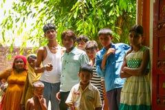 Amroha, Utar Pradesh, Indien - 2011: Nicht identifizierte indische Leute stockfotos