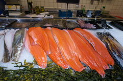 AMSRETDAM- 28-ОЕ АПРЕЛЯ: Свежие голландские морепродукты показанные для продажи в местном магазине на 28,2015 -го апреля, Нидерла стоковое фото rf