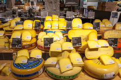 AMSRETDAM-APRIL 28 :显示待售传统荷兰干酪在荷兰的4月28,2015,一家地方商店 图库摄影