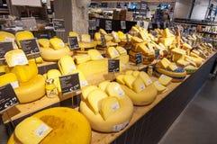 28 amsretdam-APRIL: Traditionele die Edammer kaas voor verkoop in een winkel van Amsterdam op 28,2015 April, Nederland wordt geto Stock Foto