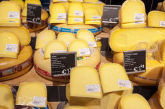 28 amsretdam-APRIL: Traditionele die Edammer kaas voor verkoop op 28,2015 April, Nederland wordt getoond Stock Afbeelding