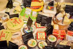 28 amsretdam-APRIL: Traditionele die merken van Edammer kaas voor verkoop in een lokale winkel op 28,2015 worden getoond April Stock Afbeeldingen