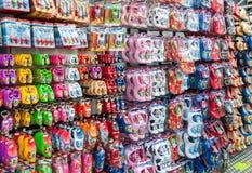 28 amsretdam-APRIL: Traditionele Nederlandse die herinneringen voor verkoop in een winkel van Amsterdam op 28,2015 April, Nederla Royalty-vrije Stock Afbeelding
