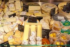 28 amsretdam-APRIL: Verschillend die soort Edammer kaas voor verkoop in een lokale winkel op 28,2015 April, Nederland wordt getoo Stock Afbeelding