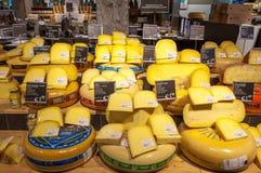 AMSRETDAM- 28 DE ABRIL: Queijo holandês tradicional indicado para a venda em uma loja local em abril 28,2015, os Países Baixos fotografia de stock