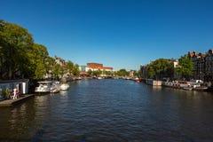Amstel flod i mitten av Amsterdam i Holland Arkivfoto