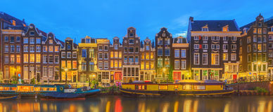 Amstel flod, kanaler och nattsikt av den härliga Amsterdam staden Nederländerna Royaltyfri Bild