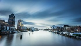 Amstel flod in på skymning Arkivbild